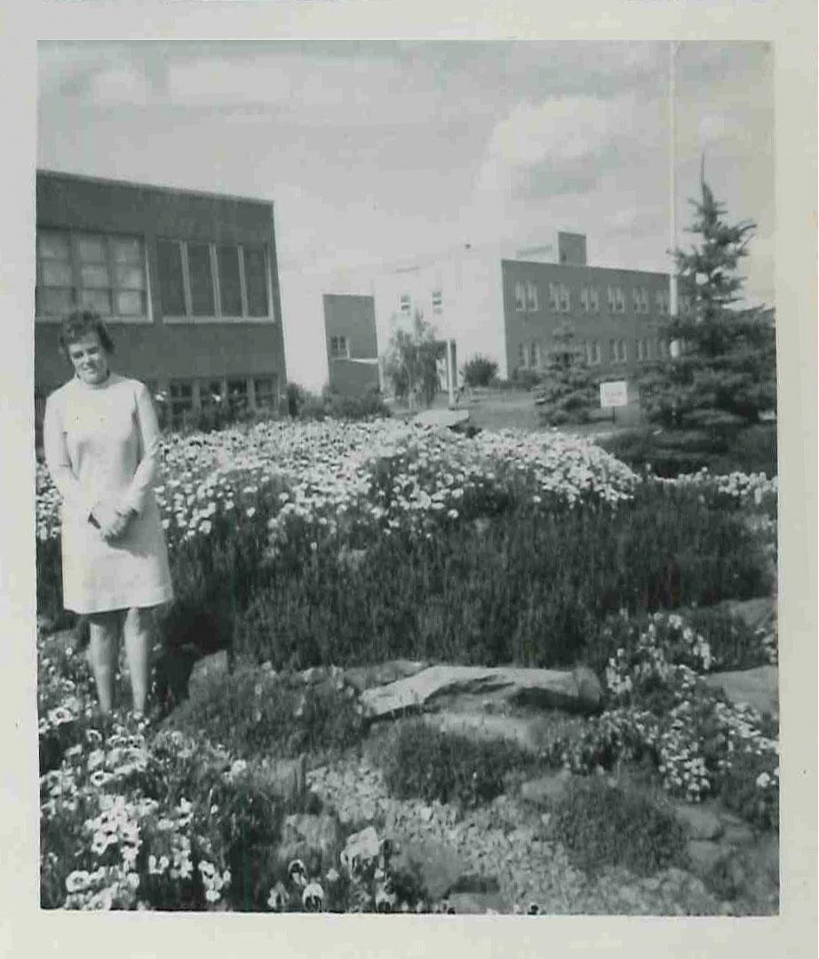 Doreen Befus à l'extérieur de l'établissement, dans le jardin