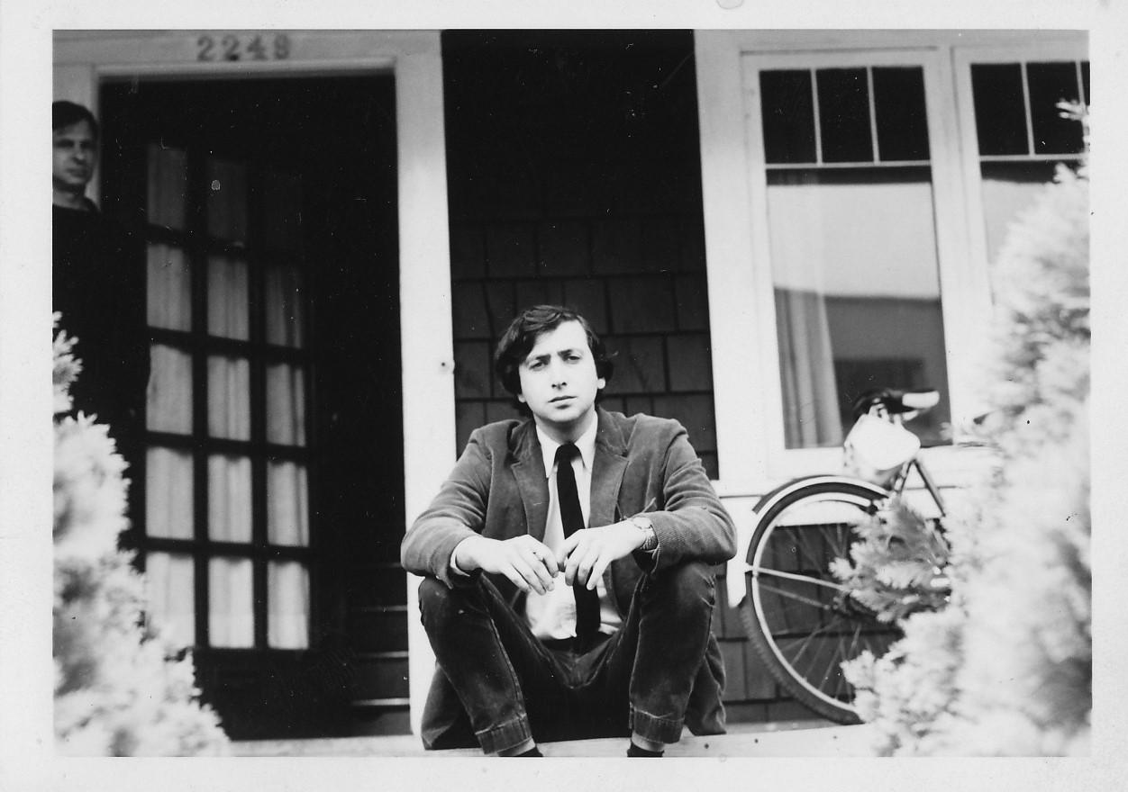 Beckman est assis à l'entrée de la maison
