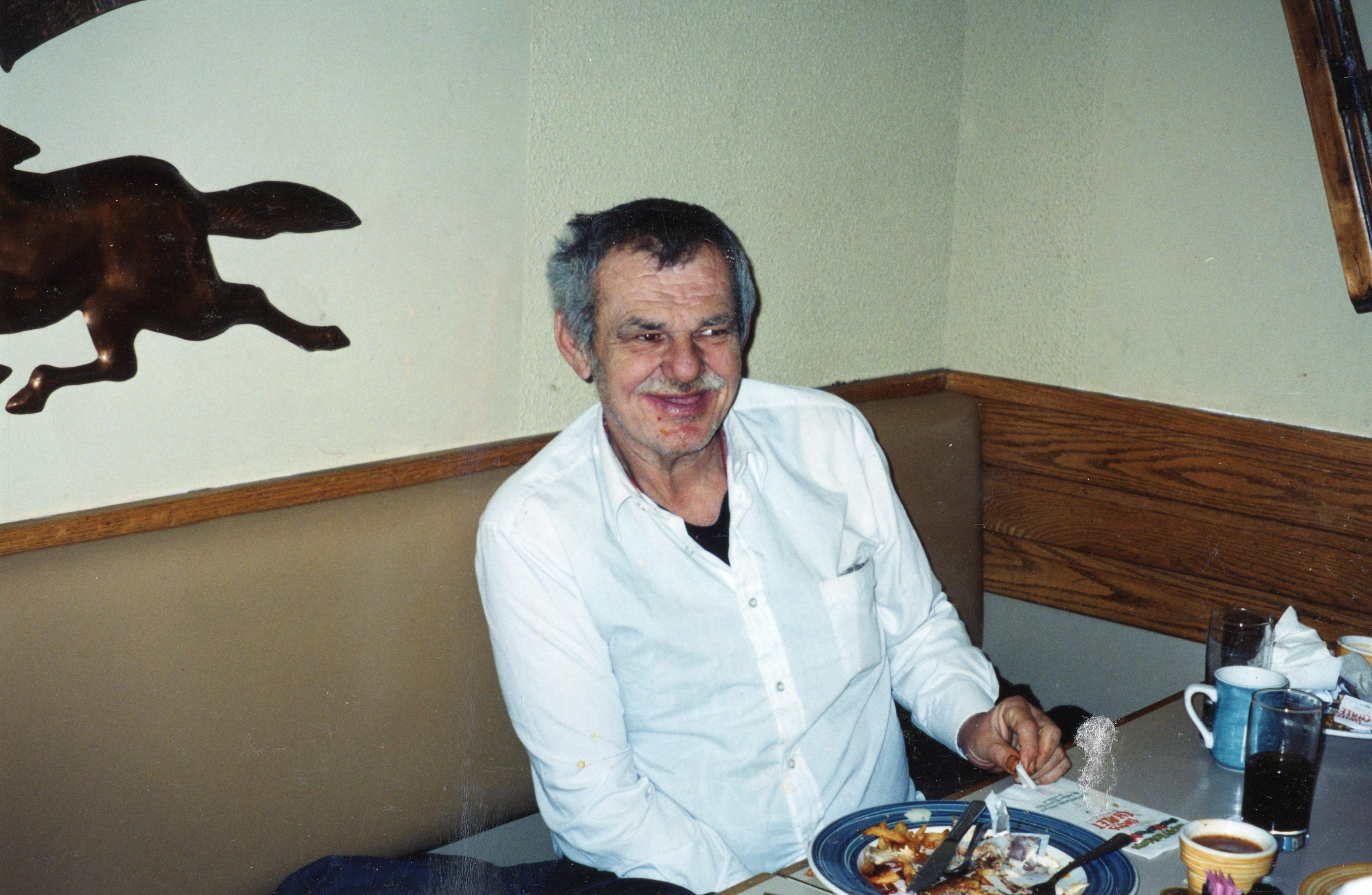 Photo d'un homme qui mange son repas dans la cuisine à PARC