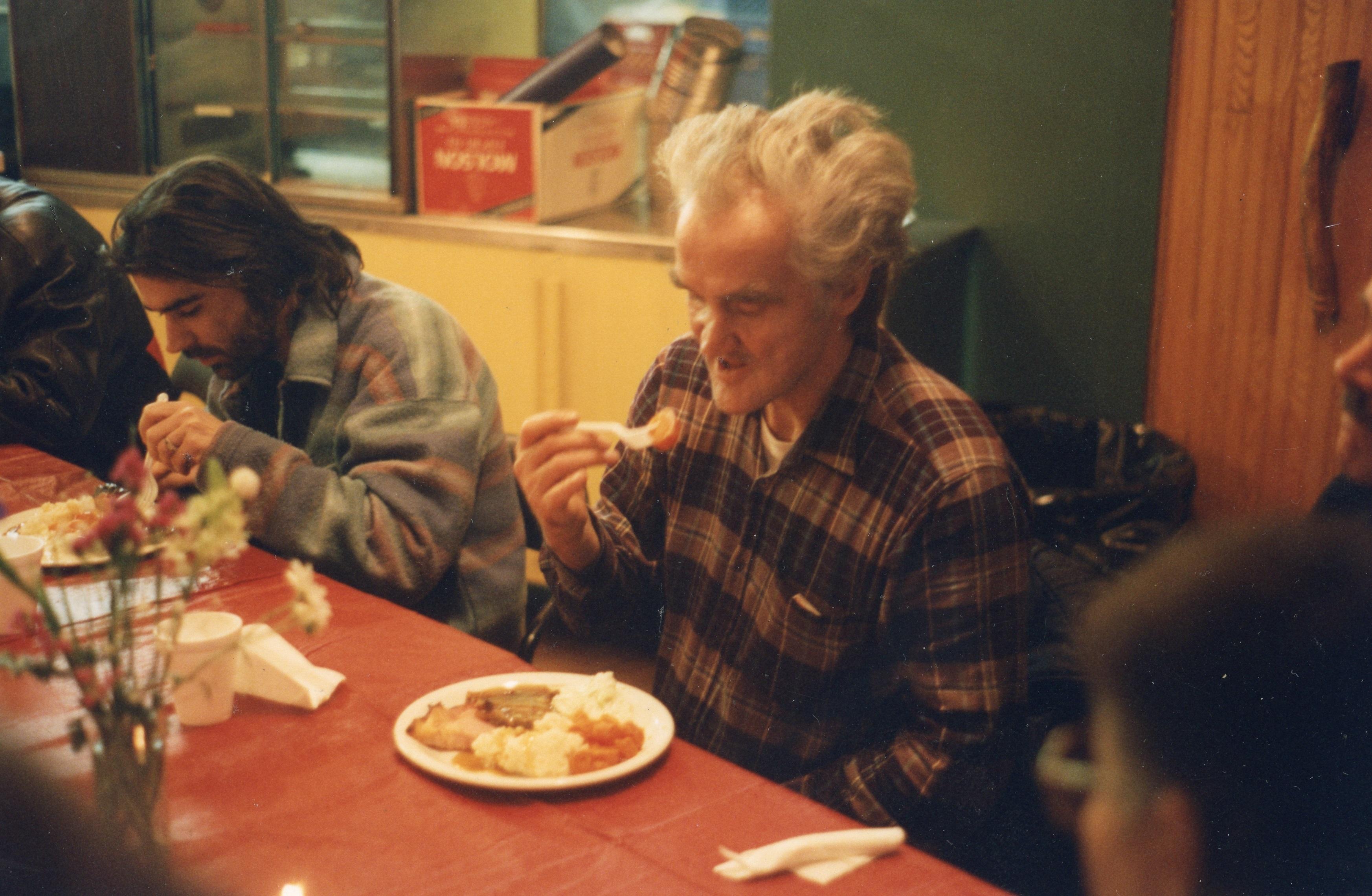 Photo des membres de PARC mangeant à table